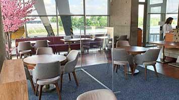 Raumteiler transparent für Gaststätten - Trennwand aus Plexiglas für Restaurants - Hygienewand für Gastronomie